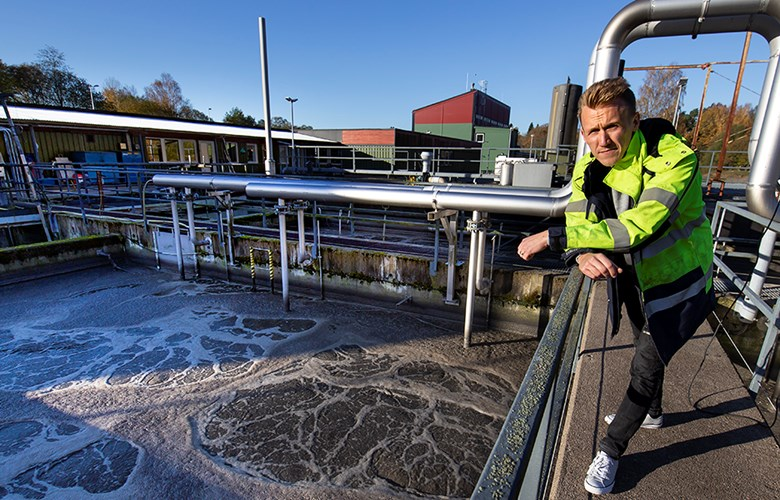 Johan Eriksson, projekttekniker, vid reningsverket i Skene. Foto: Magnus Larsson